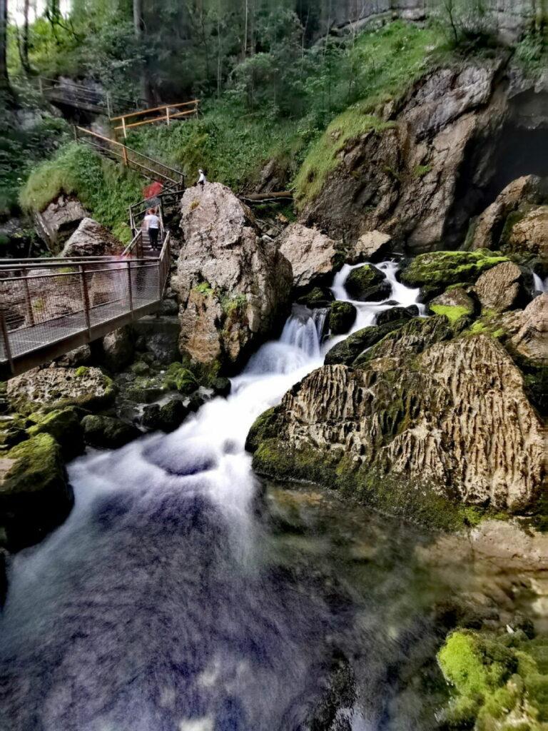 Blick von der Regenbogenbrücke auf den Gollinger Wasserfall
