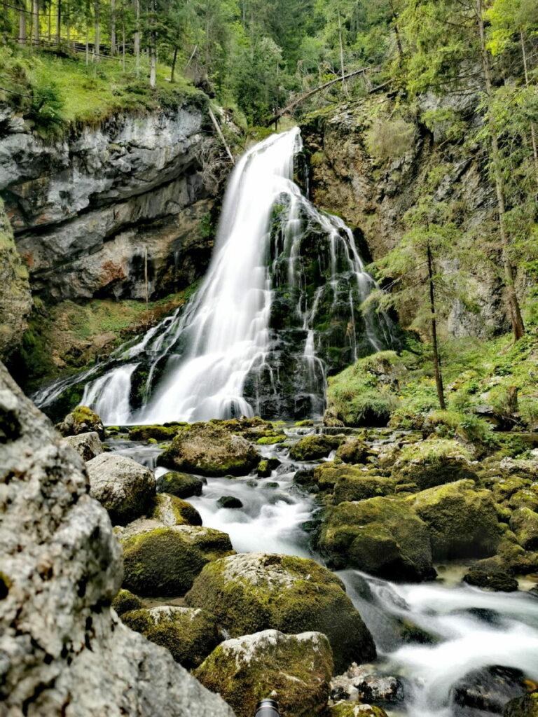 Der Gollinger Wasserfall - riesig und romantisch mit den moosbewachsenen Steinen