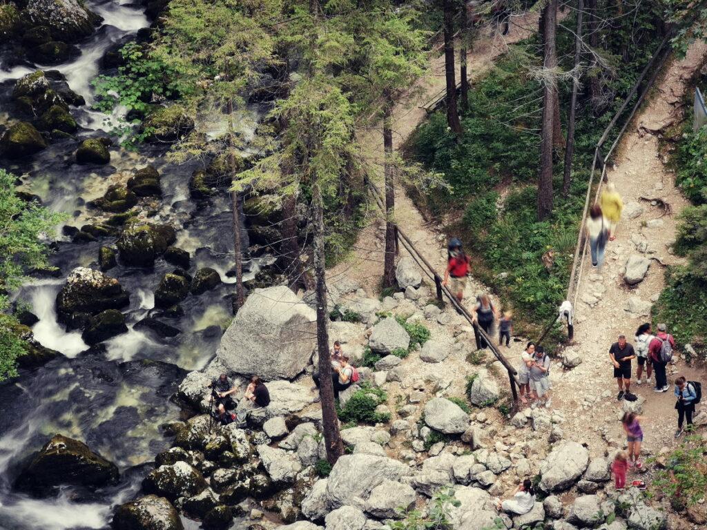 Der Blick von oben auf den Wasserfallweg, links der Schwarzbach