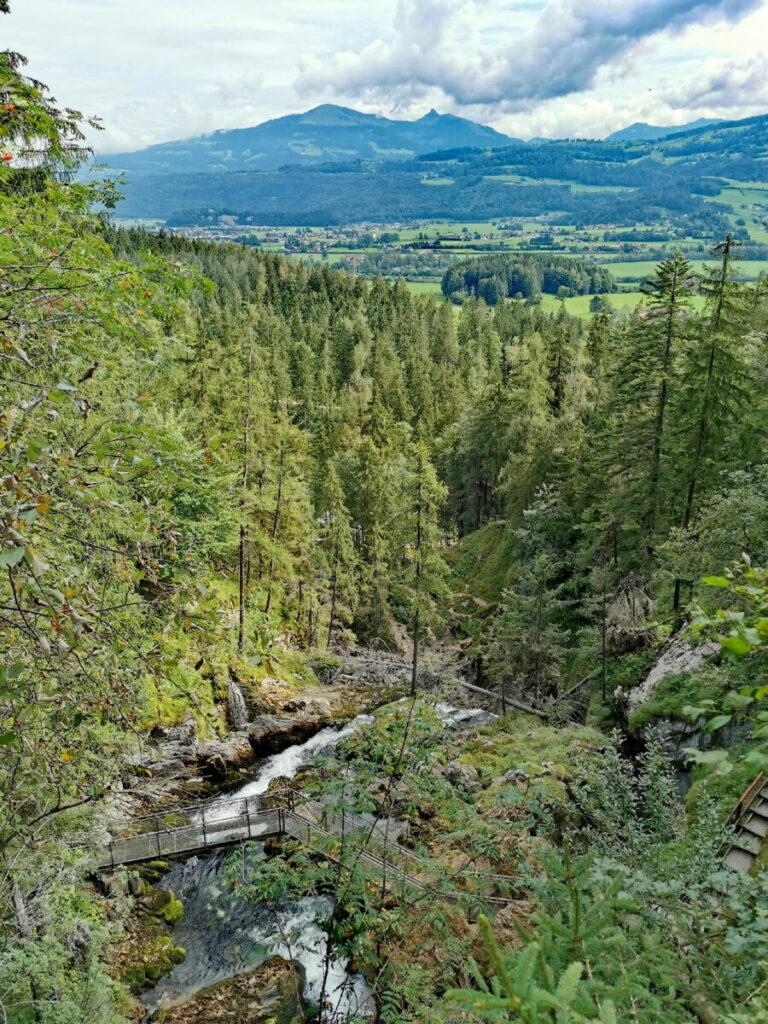 Blick von oben auf den Gollinger Wasserfall mit der Regenbogenbrücke