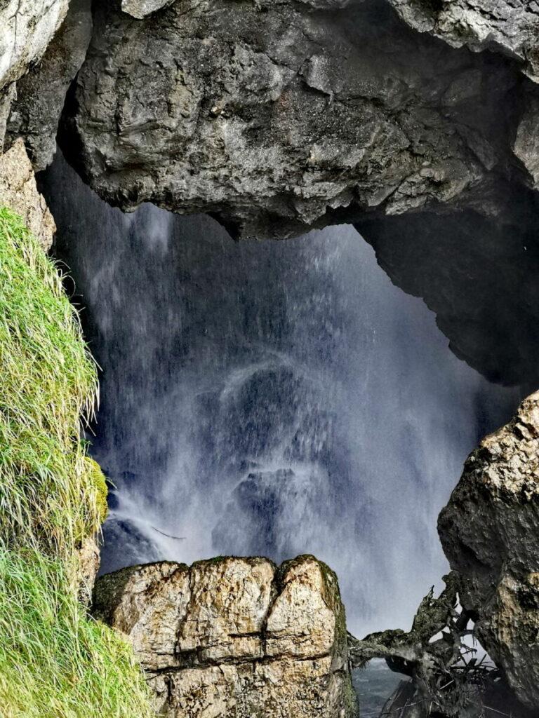 Der Gollinger Wasserfall inter den Felsen bei der Regenbogenbrücke