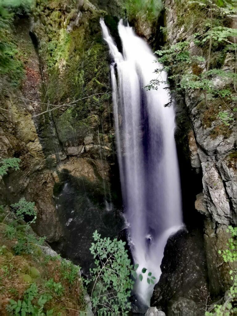 Von der Aussichtsplattform schaust du auf diesen Wasserfall
