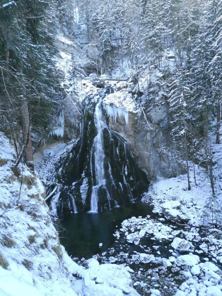 Gollinger Wasserfall Winter - der Blick auf den großen Wasserfall, oberhalb siehst du die Brücken und Stege
