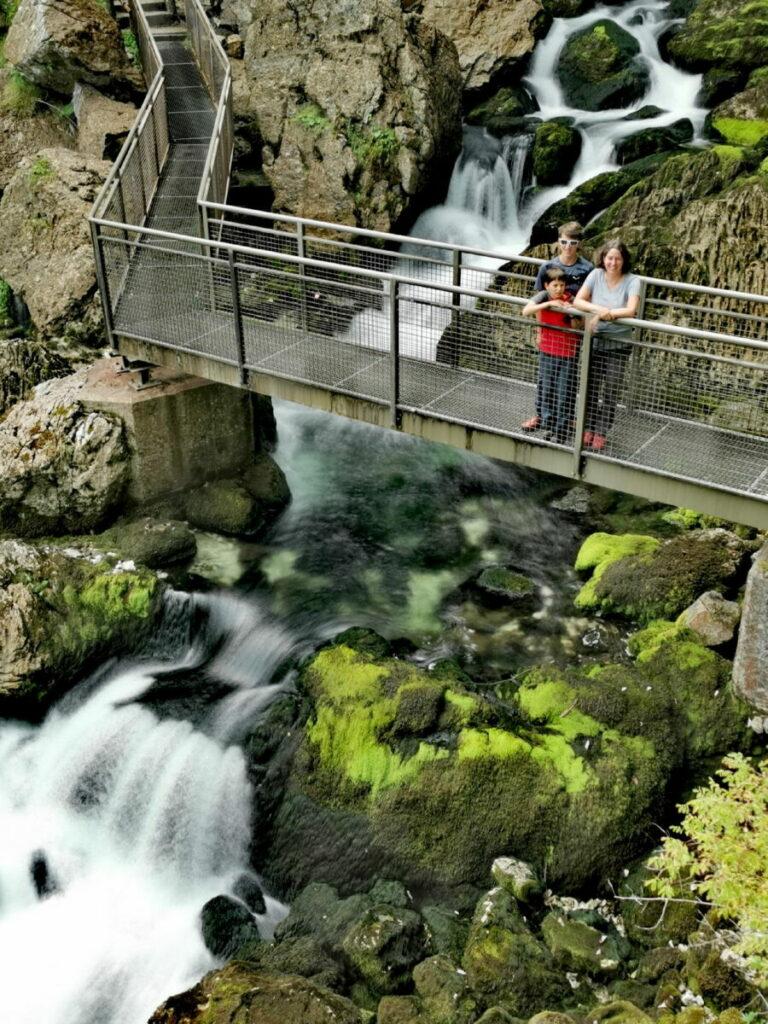 Die Regenbogenbrücke auf der Gollinger Wasserfall Wanderung