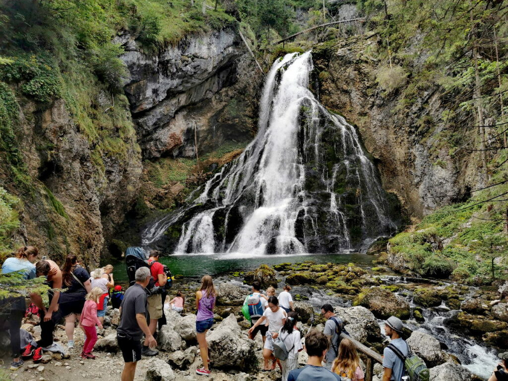 Viele Leute bei in der Wasserfallarena beim Gollinger Wasserfall